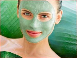 Donna con maschera viso