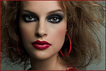 donna con trucco smokey eyes
