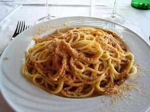 Ricetta siciliana: spaghetti con la mollica e alici
